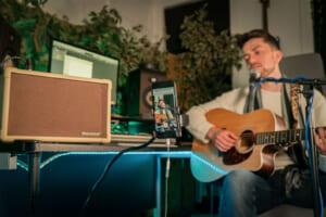 シンガーソングライター向けに開発されたBlackstarのアコースティック・ギター・アンプ
