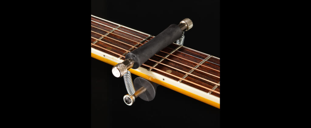 演奏中でも移動が可能なローラー式カポタスト=Glider Capo