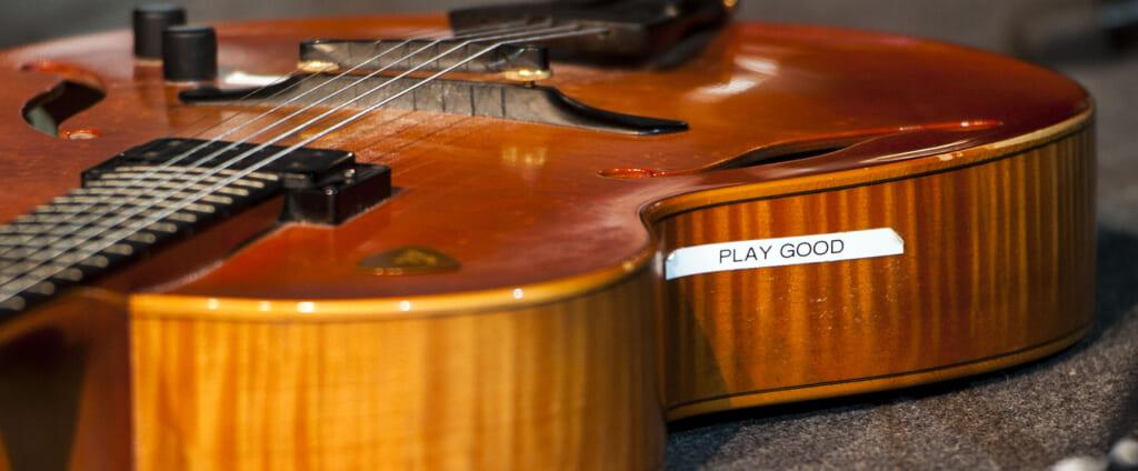 ジュリアン・レイジの使用ギター変遷を辿る